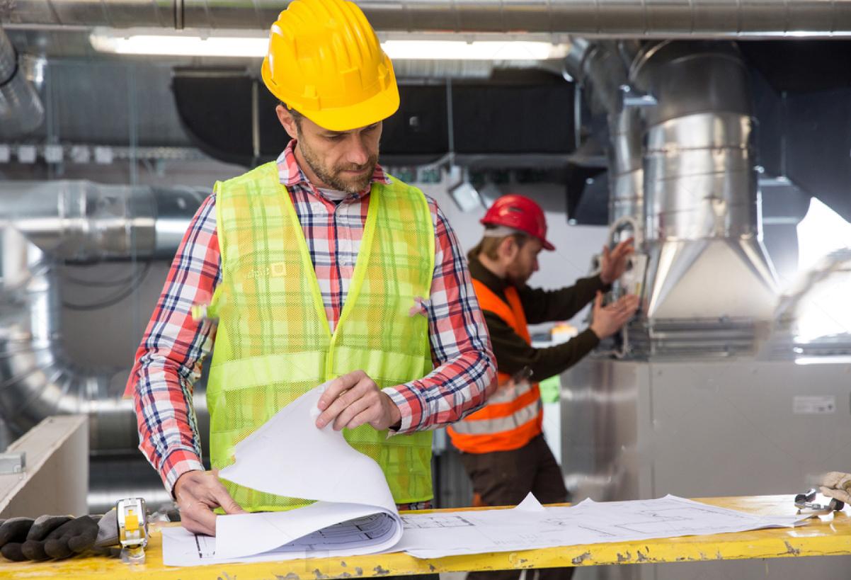 Slika delavca na gradbišču